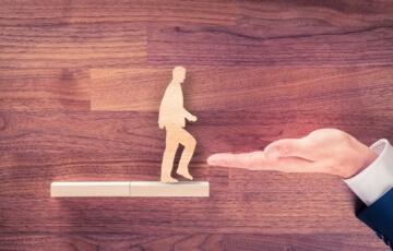 איש עץ עולה מדרגה