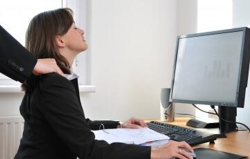 לחץ בעבודה -אישה מקבל עיסוי