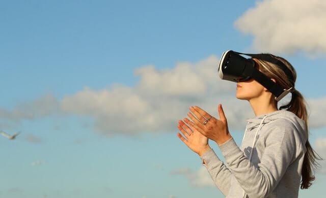 תמונה של אישה חובשת משקפי מציאות מדומה